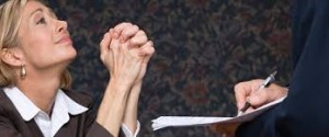 Femme suppliant à genoux un recruteur / candidats - Mushroom, cabinet de chasseurs de têtes, cabinet de recrutement, chasseur de tête, communication, marketing, digital, start up